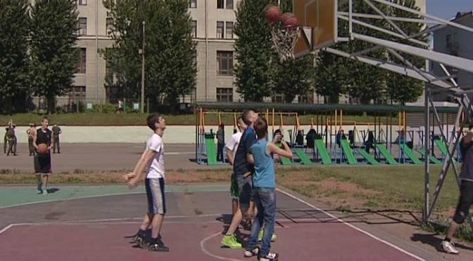 Открытый урок по стритболу прошел на одной из баскетбольных площадок Минска